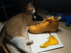 Harper is helping me paint the shoe.